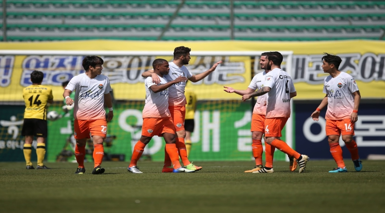 Gangwon FC Defeats the Pohang Steelers