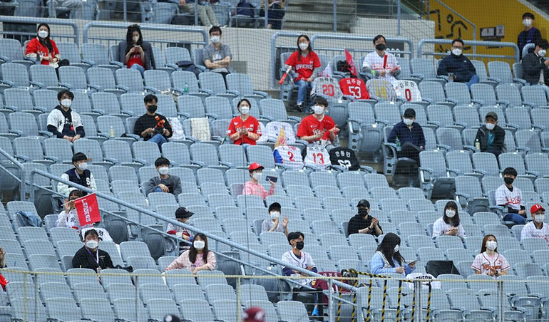 KBO Eases Distancing Rules at Stadiums